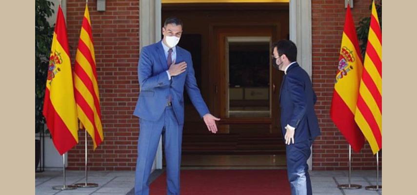 Глава правительства Испании Педро Санчес и президент Каталонии Пере Арагонес