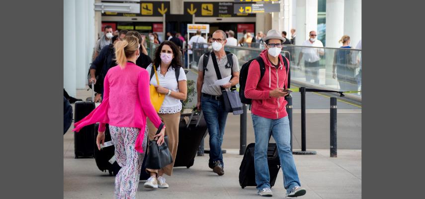 Группа путешественников по прибытии в аэропорт Пальмы