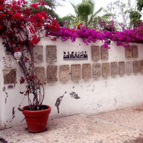 """Отель """"Дворец Ибицы"""", в котором жили знаменитости. Монро, Чаплин, Дисней и другие оставили отпечатки на мемориальных табличках, которые украшают стены отеля."""