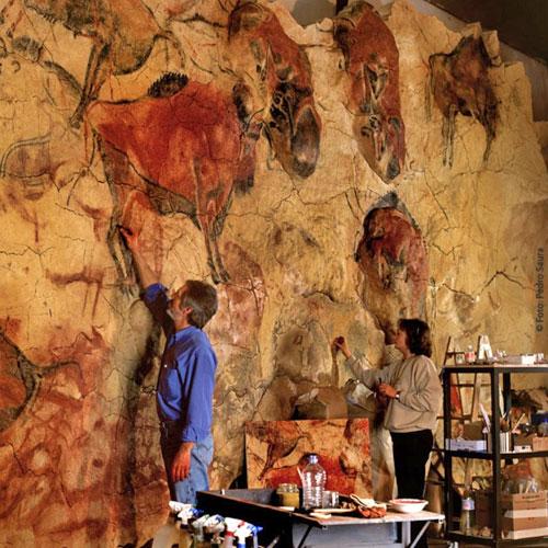 Пещера Альтамира с первобытной живописью на стенах в Сантандере