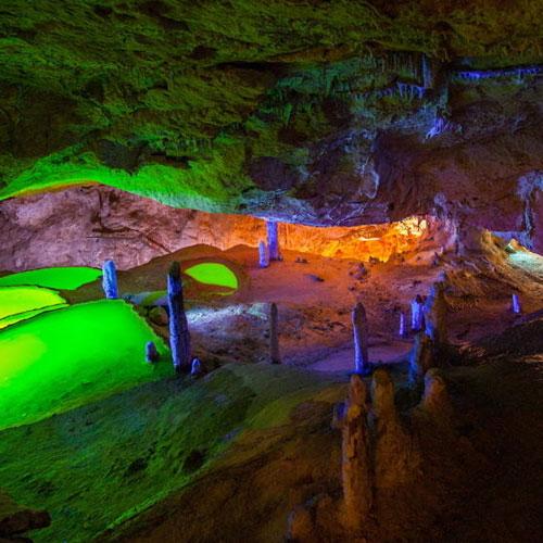 Пещера Кова-де-Сан-Марка со спецэффектами, ведущая к красивому виду на море.