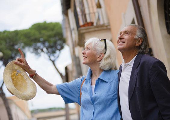 Пожилые туристы в Испании