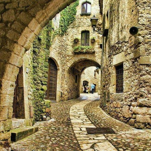 Старые города в испанских областях и много других достопримечательностей