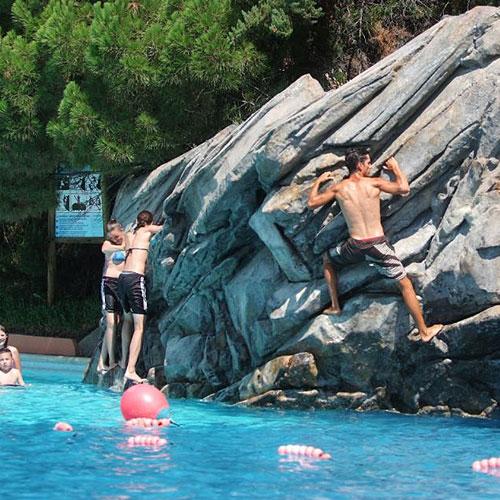 <p>Скала Aquaroc высотой почти 5 м<p>Те, кому не удастся покорить отвесные склоны, скатываются в бассейн, расположенный у подножья горы.
