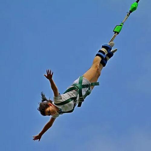 <p>Банджи-джампинг<p>Человека толкают с высоты 80 м, единственная надежда на спасение – эластичный канат, закрепленный на ногах.