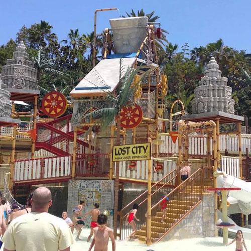 <p>Lost City<p>Площадка для маленьких гостей парка с большой головой Короля Обезьян, установленной наверху комплекса из нескольких горок. Из головы на посетителей периодически выливается поток воды.