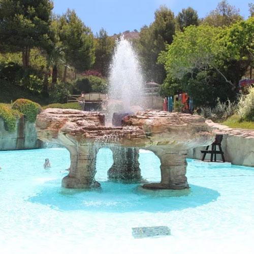 <p>Niagara<p>Если посетители устанут от палящего солнца, то могут искупаться в большом бассейне с искусственными гейзерами и водопадом.