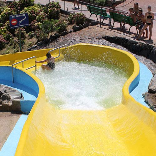 <p>Riu Salvatge<p>Горка, предназначенная для спуска на 2-местном тобоггане. После острых ощущений можно искупаться в бассейне с искусственными волнами, где установлены гидромассажные фонтаны, или прокатиться на лодке под водопадами. Для детей оборудована специальная зона со смешными аттракционами.