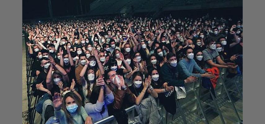 Все участники фестивалей были в масках для лица