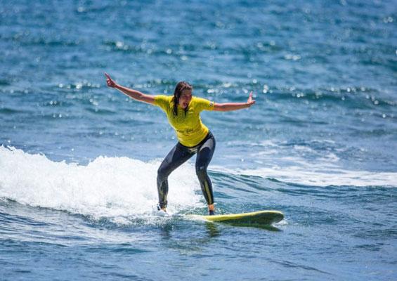 Серфингистка на Playa de Las Americas