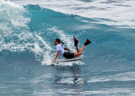 Серфингистка на пляже Эль-Сокорро