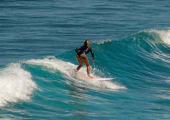 Серфингистка в Эль-Сокорро