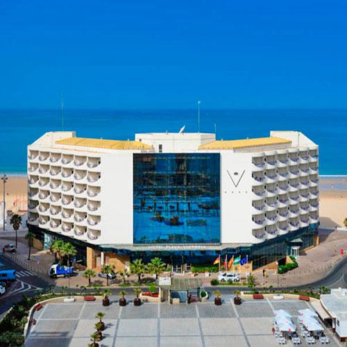 <p>Playa Victoria<p>Самый большой отель Кадиса. Подойдет любителям пляжного отдыха. Постояльцам предлагаются номера с видом на побережье. Есть открытая терраса, бассейн, ресторан андалузской кухни.