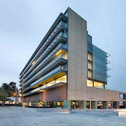 <p>Parador de Cádiz<p>Отель на берегу океана недалеко от парка Parque Genoves. Просторные номера снабжены панорамными окнами. Имеются бассейн, конференц-зал, спа-салон, бар и ресторан.