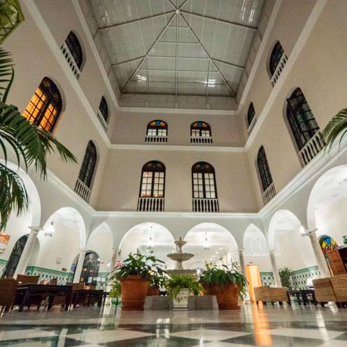 <p>Senator Cadiz Spa Hotel<p>Отель в центральной части города. Гости могут посетить спа-салон, каскадный бассейн на крыше здания, ресторан традиционной испанской кухни.