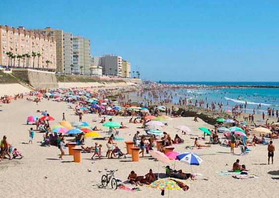 Отдыхающие на пляже Ла Калета