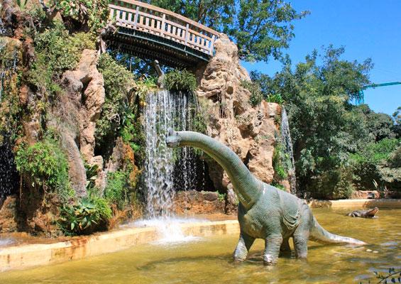 Скульптура динозавра в парке Хеновес