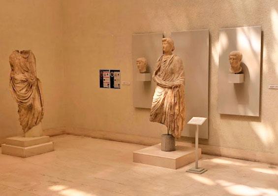 Статуи в музее Кадиса на площади Plaza de Mina