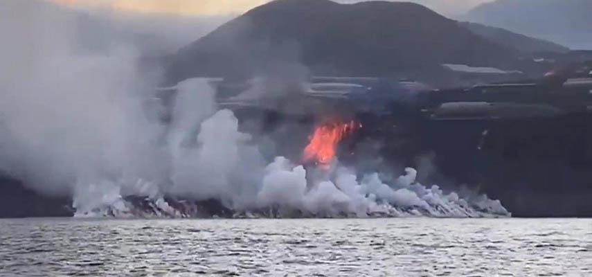 Лава из вулкана на острове Ла-Пальма достигла моря и образовала своего рода пирамиду
