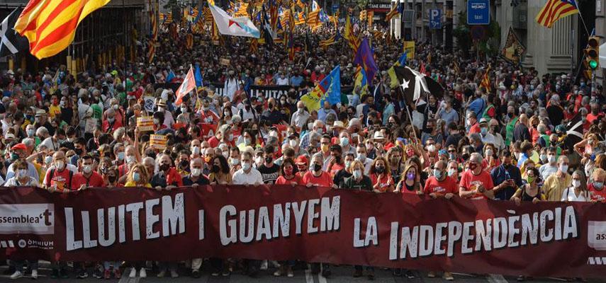 Тысячи каталонцев маршировали по Барселоне, призывая к независимости региона