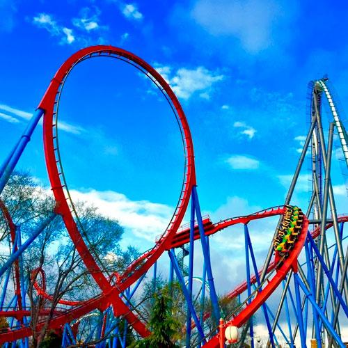 <p>Двойная спираль<p> Один из самых сложных элементов конструкции – это двойная спираль. Она создана для того, чтобы добавить скорости движущемуся составу. В этой части американской горки сосредоточено самое большое количество опорных колонн.