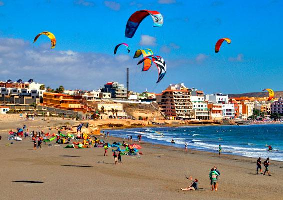 Отдыхающие на пляже Эль Медано