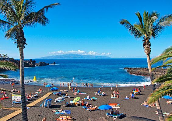 Отдыхающие на пляже Ла Арена