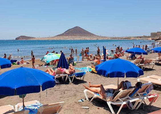 Отдыхающие на пляже Леокадио Мачадо