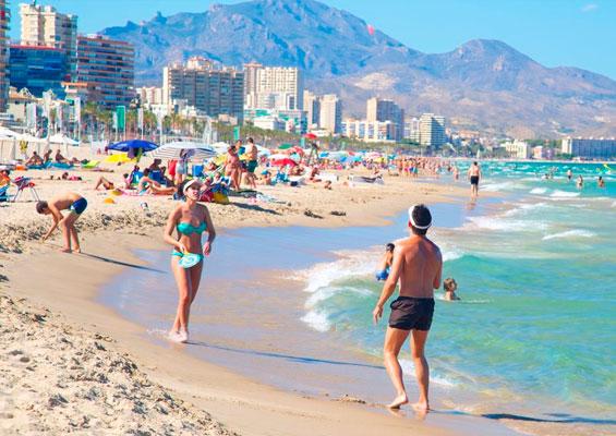 Отдыхающие на пляже Сан Хуан