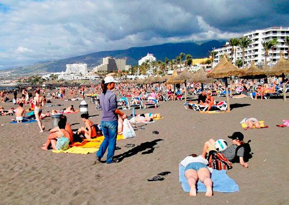 Отдыхающие на пляже Троя