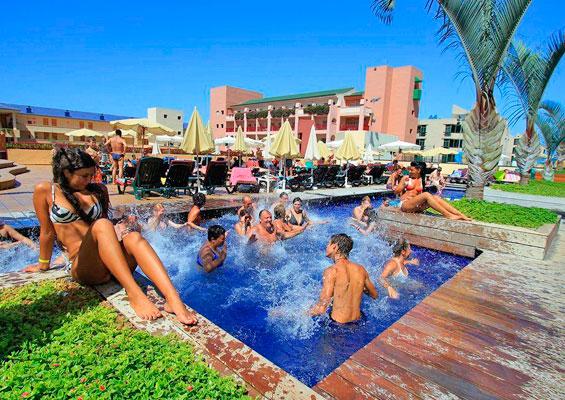 Отдыхающие в Hotel Best Jacaranda