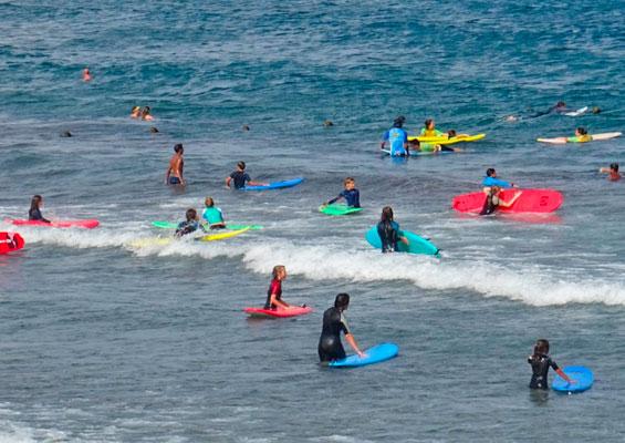 Серфингисты на пляже Леокадио Мачадо
