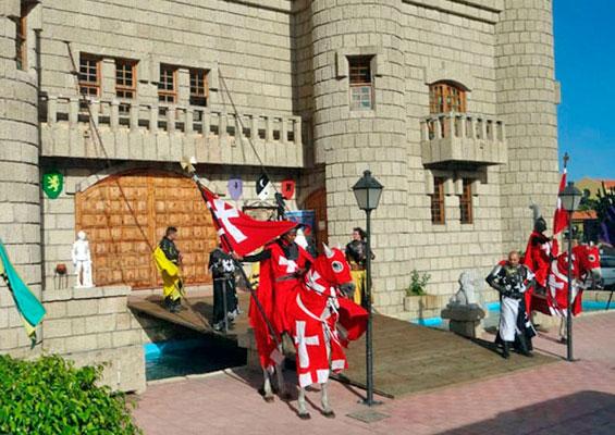 У замка Сан Мигель