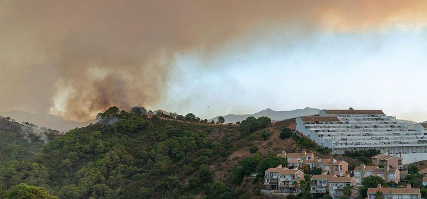 Лесные пожары на юге Испании расширяются, людей эвакуируют