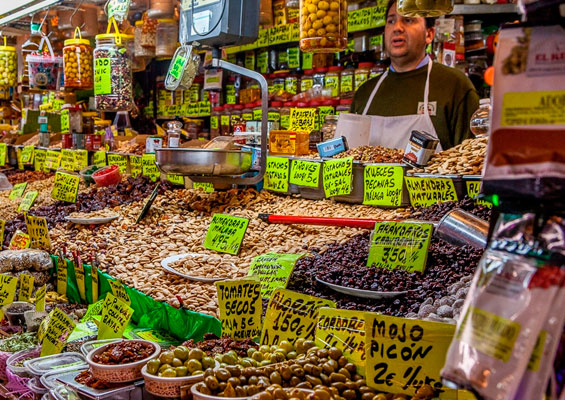 Фаршированные оливки на рынке Mercado Central de Atarazanas